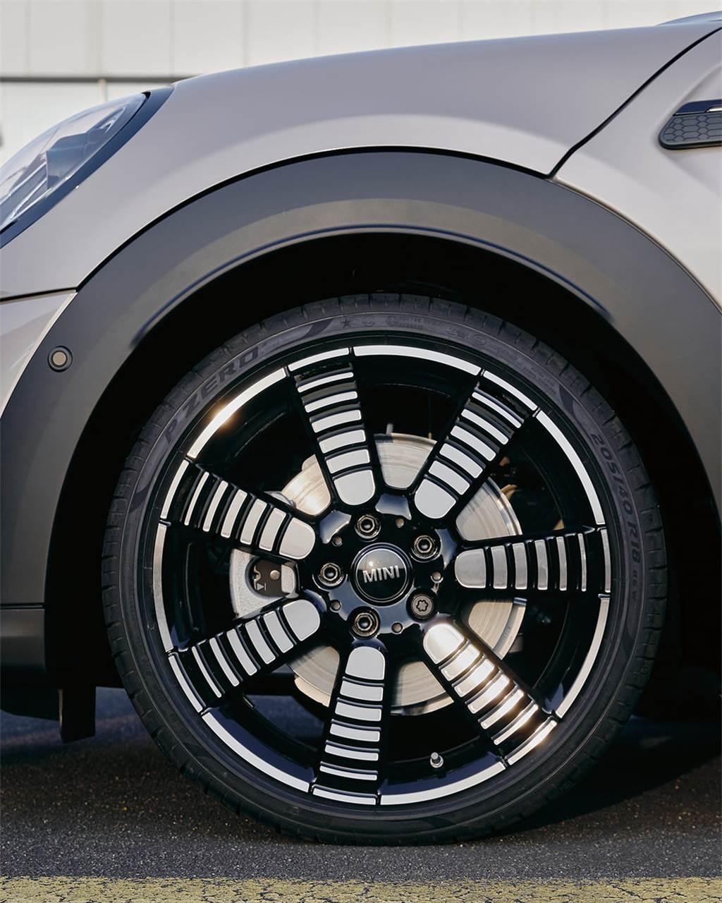 全新18吋Pulse Spoke Light輪圈採七輻式漸層設計,靜止時亦可展現出如道路飛馳般的速度感。(圖/業者提供)