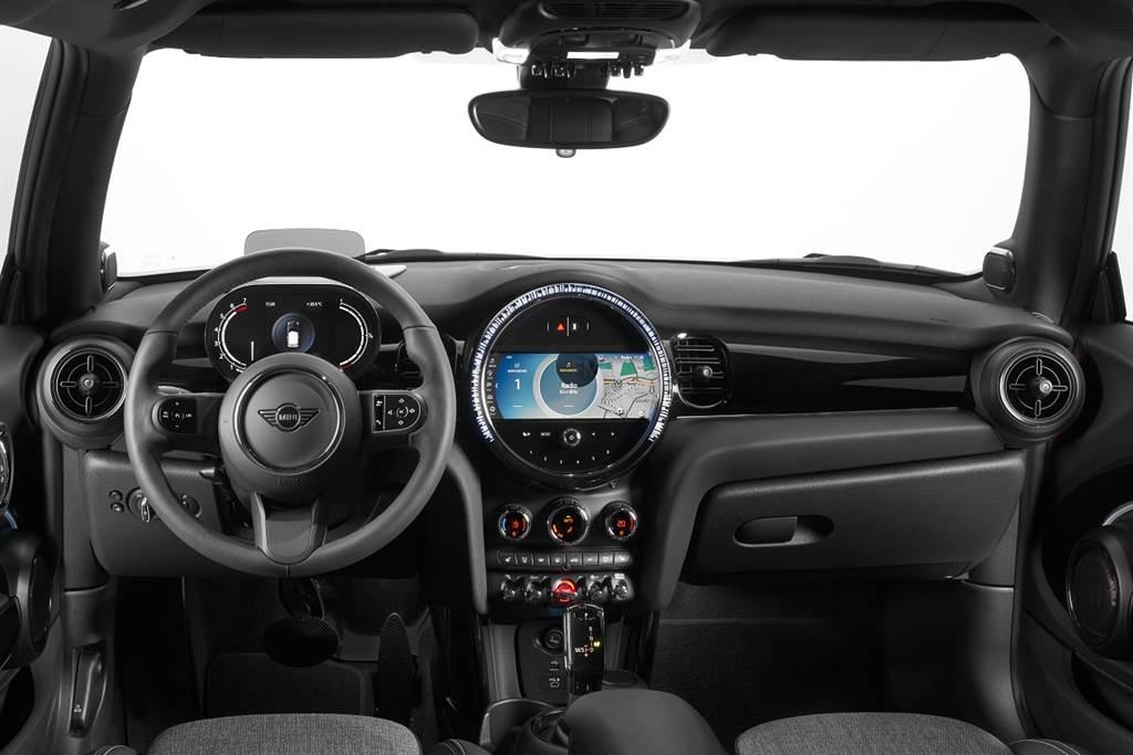 全新儀表台簡化整體設計線條,營造更加現代俐落的座艙氛圍,方向盤趨於平面設計更帶來絕佳觸感與直覺的使用體驗。(圖/業者提供)