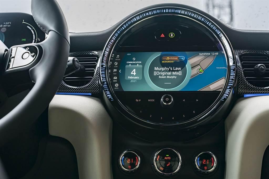 中央儀表全面升級8.8吋螢幕、Piano Black高光澤飾板、全新MINI Visual Boost中控螢幕介面,LED飾環亦採全新放射狀導光條設計。(圖/業者提供)