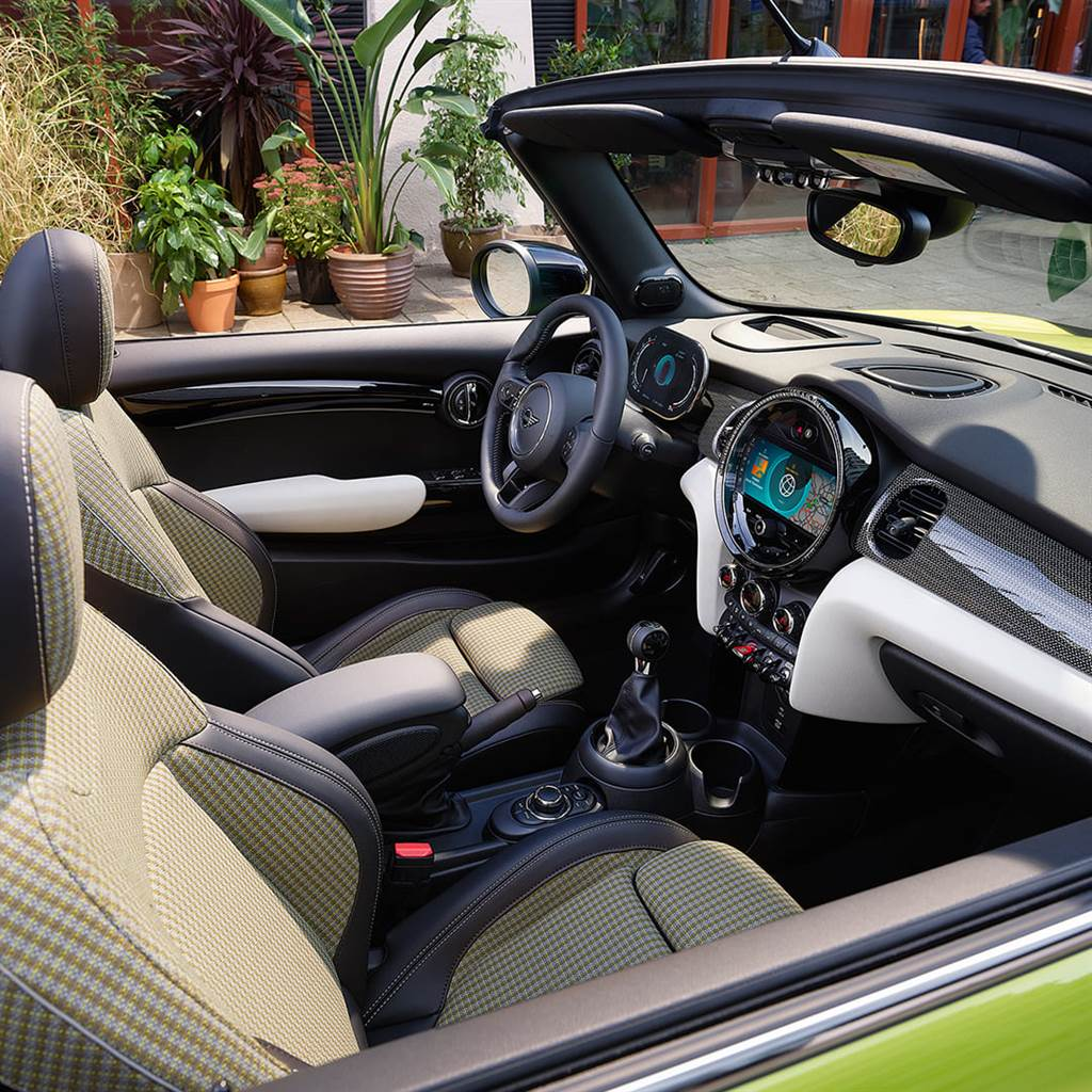 全新Light Chequered高級織布內裝座椅,以黃白色調構築英倫時尚格紋元素,並採100可回收材質友善環境。(圖/業者提供)