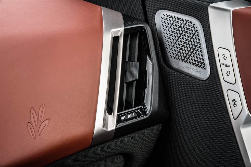 全新BMW iX在車室內大量運用天然橄欖葉鞣製而成的真皮材質,突顯BMW重視環境友善與永續環保的理念與精神。(圖/業者提供)