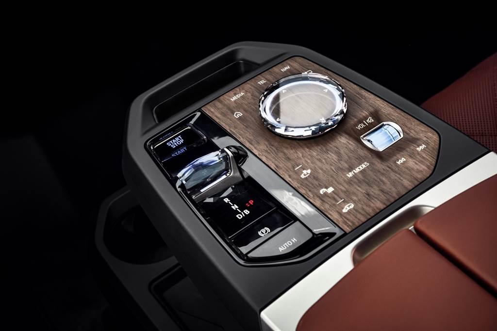 BMW iX全新排檔座設計、採用iDrive玻璃觸控旋鈕操作介面搭配FSC認證木材所製成的隱藏式控制面板。(圖/業者提供)