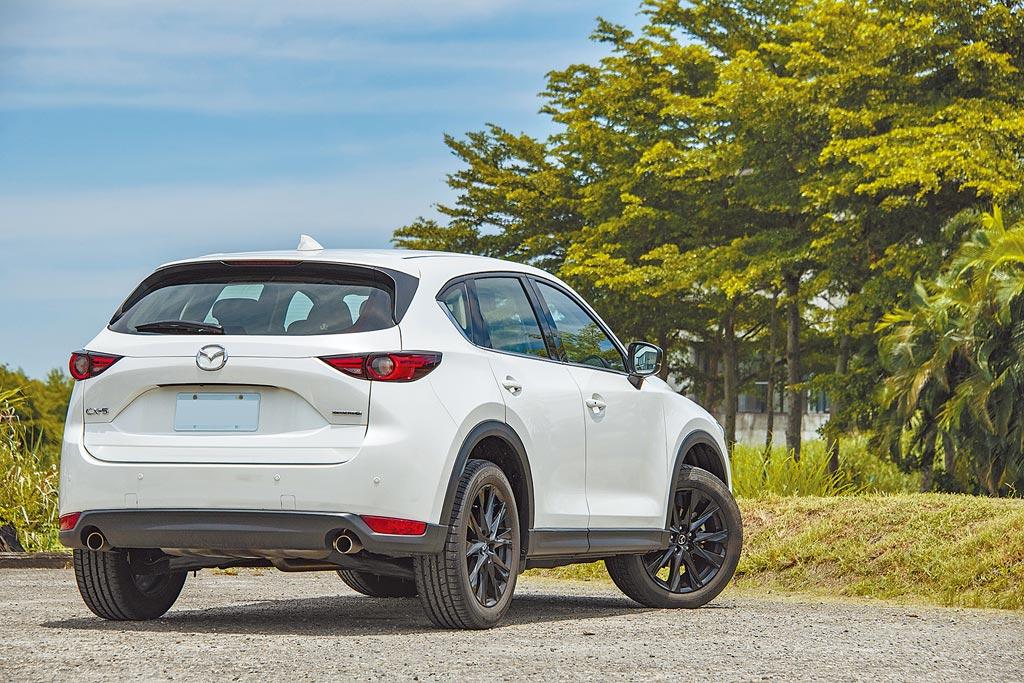 MAZDA CX-5黑艷版採取爍黑設計式樣的車外後視鏡以及鋁合金輪圈。(陳大任攝)