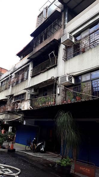 三重家族透天厝大火 6旬女倒臥4樓送醫後恢復意識