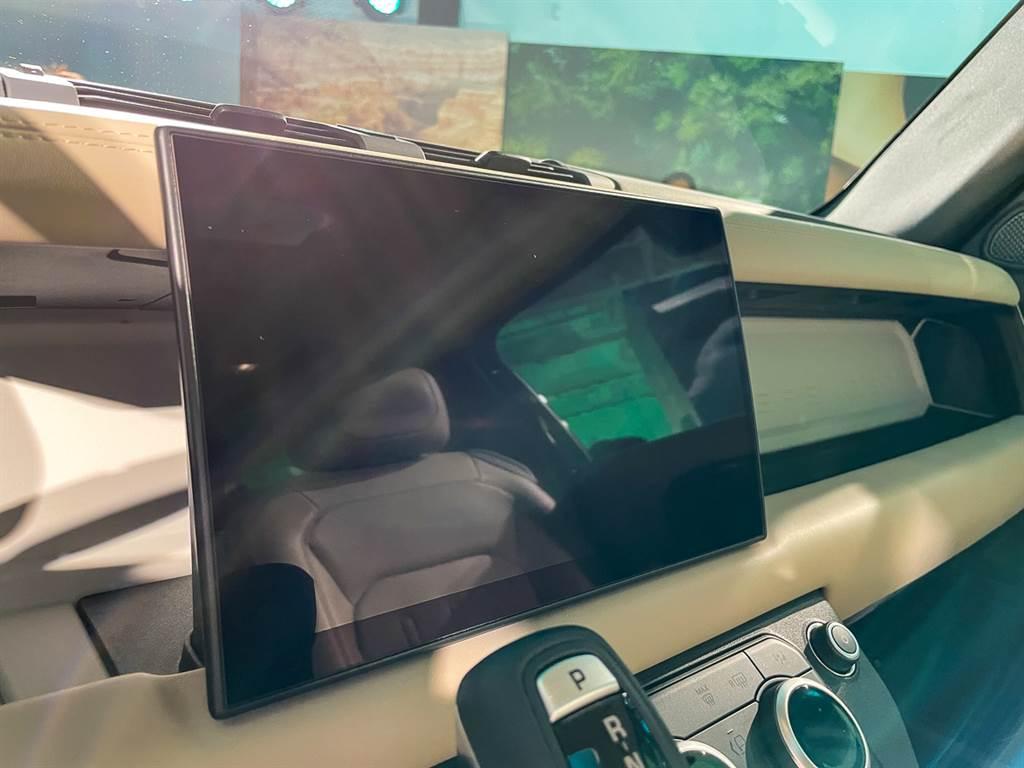 2022年式Defender皆換裝JLR集團最新的11.4吋曲面螢幕,搭配Pivi Pro資訊系統。(圖/陳彥文攝)