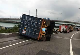 台62快速道大華系統貨櫃車翻覆 司機受困搶救中