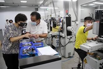 鼓勵在地產業升級 台東縣長饒慶鈴訪視宏育機械