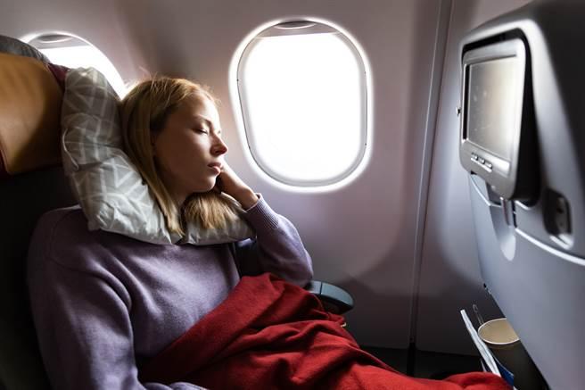 外國資深飛行員透露,身體健全的乘客搭機時應該優先考慮靠近緊急出口的座位。(示意圖/達志影像)