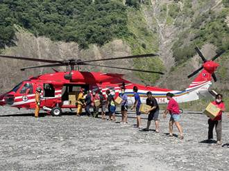 桃源斷橋直升機持續運補山區 高市府第7批民生物資多樣化
