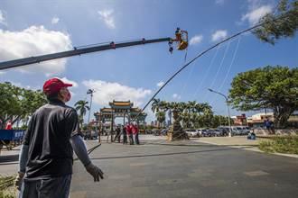 竹縣義民祭典「豎燈篙」登場 用吊車和人力立作業好長竹燈篙