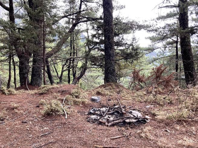 NCC前專委喬建中等5人引發12天森林大火,南投地檢署偵辦找出失火前營地樣貌的照片。(南投地檢署提供/黃國峰南投傳真)