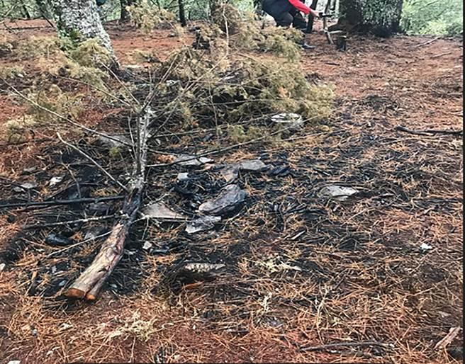 NCC前專委喬建中等5人引發12天森林大火,南投地檢署徒步來回走60公里,到現場勘查,攝得災後營火堆樣貌。(南投地檢署提供/黃國峰南投傳真)