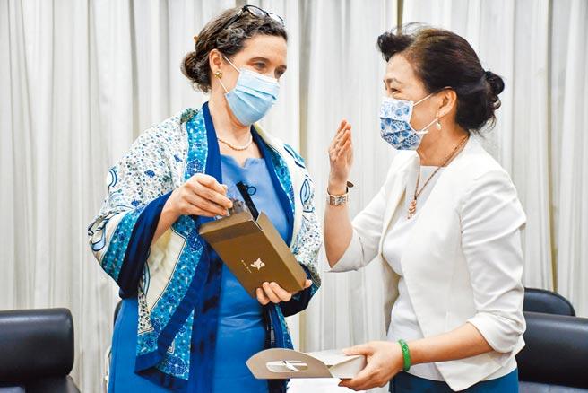 美國在台協會(AIT)台北辦事處處長孫曉雅(左)日前拜會經濟部長王美花(右)。(經濟部提供)