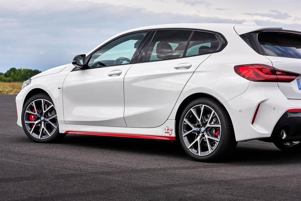 透過M Sport套件與ti車款專屬紅色側裙與ti字樣車身標誌,創造全新BMW 128ti獨一無二的身分識別。(圖/業者提供)