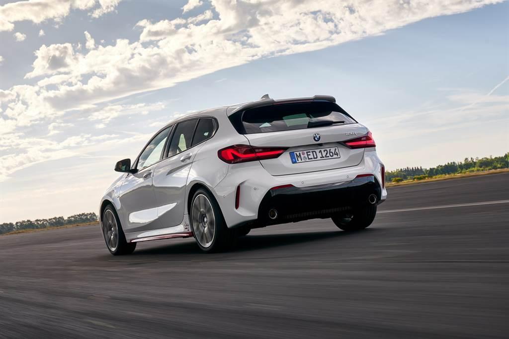 128ti搭載TwinPower Turbo直列4汽缸汽油引擎,擁有265匹的最大馬力,時速0至100公里加速更僅需6.1秒,由內而外完美承襲ti之名。(圖/業者提供)