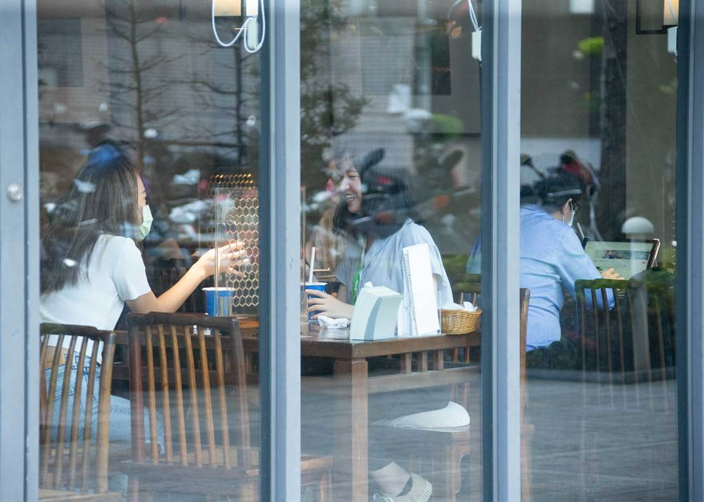 隨著疫情趨緩,行政院也規劃五倍券方案,振興疫後經濟。圖為中午時分的餐廳湧入用餐人潮,但為防疫,仍維持梅花座、及隔板安排。(羅永銘攝)