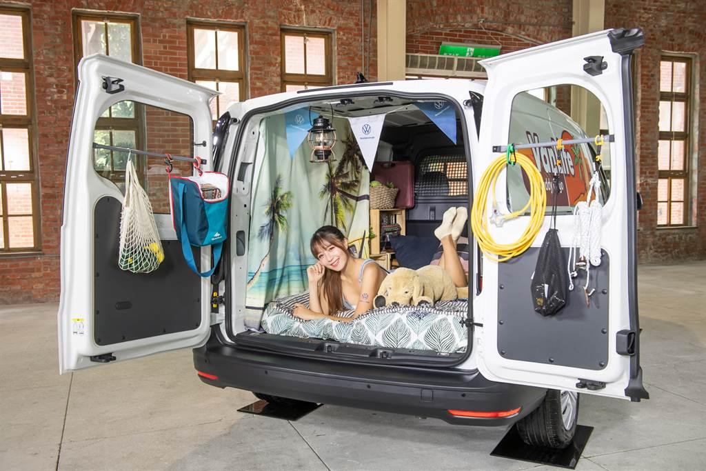 除了載貨之外,Caddy Cargo平整的貨艙空間,讓許多露營玩家選擇作為VanLife用車。(圖/業者提供)