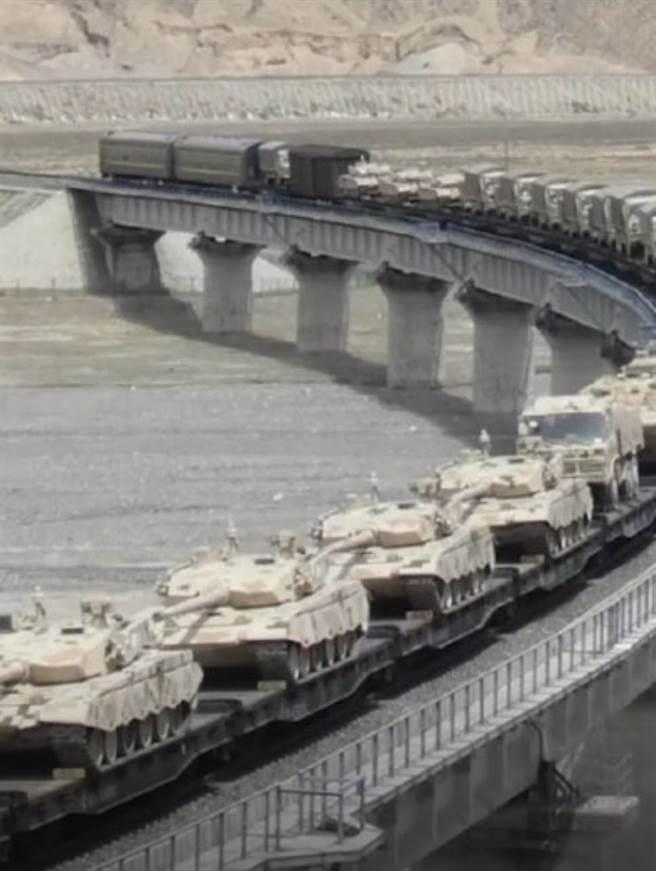 解放軍西部戰區兵力調度現隱憂?圖為第76集團軍重型合成旅在中印邊境衝突時南下。(圖/取自網路)