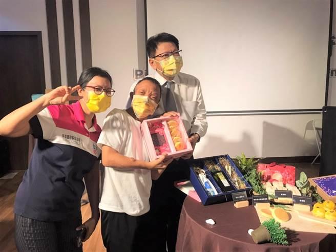 中秋節將至,屏東7個身心障礙團體首次以整合商品、聯合行銷的概念,推出中秋禮盒。(謝佳潾攝)