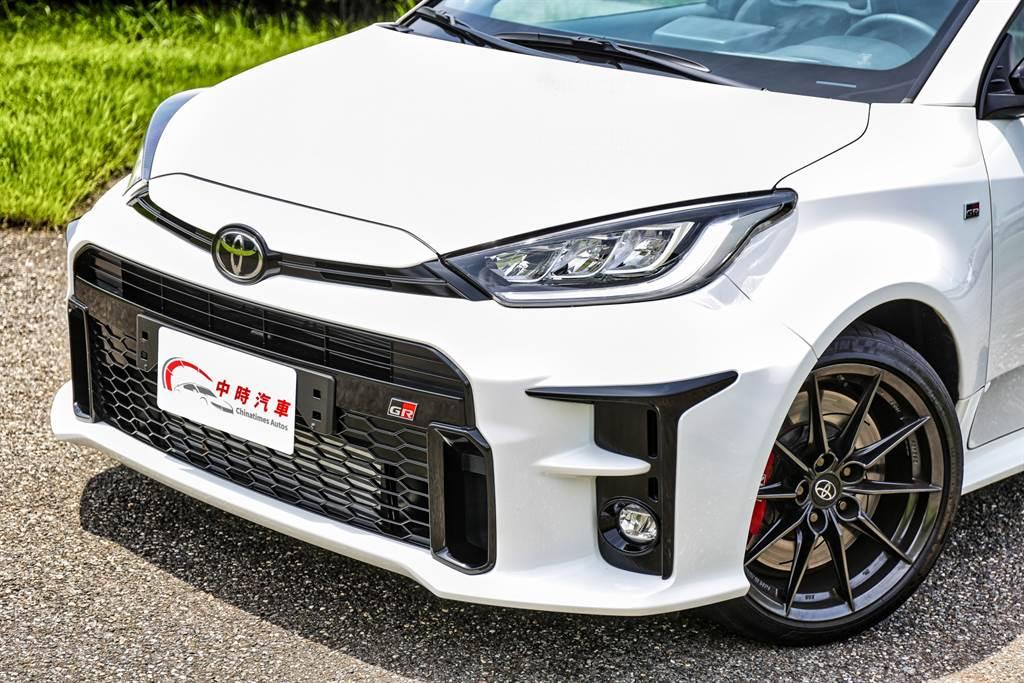 在歐規車型的基礎之上,GR部門為其增添霸氣大型進氣壩與導流設計,搭配外擴的輪拱顯得異常兇悍。(圖/陳彥文攝)