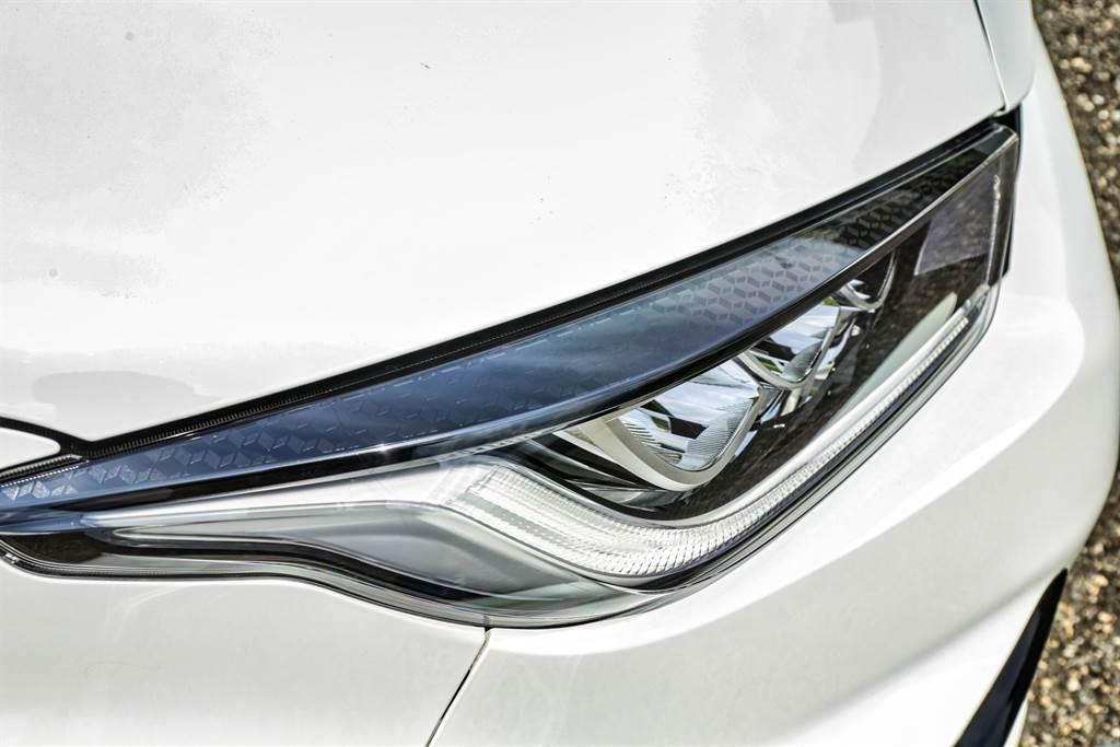 頭燈光源皆採用LED,在燈具上方還有類碳纖維的紋路裝飾,亦與車頭黑色氣壩呼應。(圖/陳彥文攝)