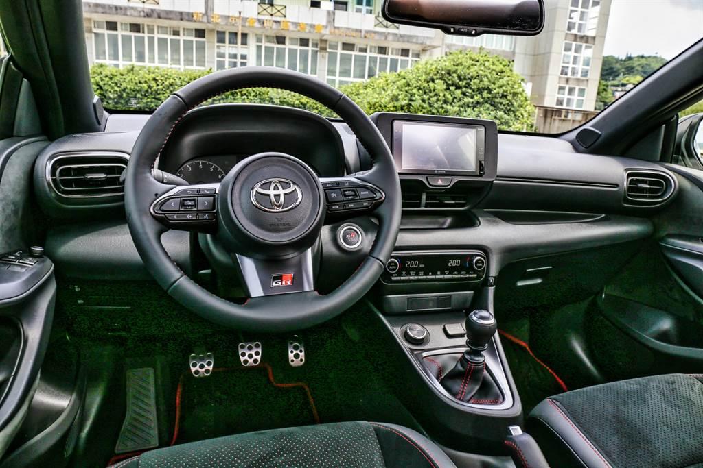進入車內最吸引人的就是那第三個踏板與手排排檔桿,附帶一提,GR Yaris的離合器採用TAC行程自動調整離合器,即使經過操駕而磨損,也能維持每次踩踏感一致。(圖/陳彥文攝)
