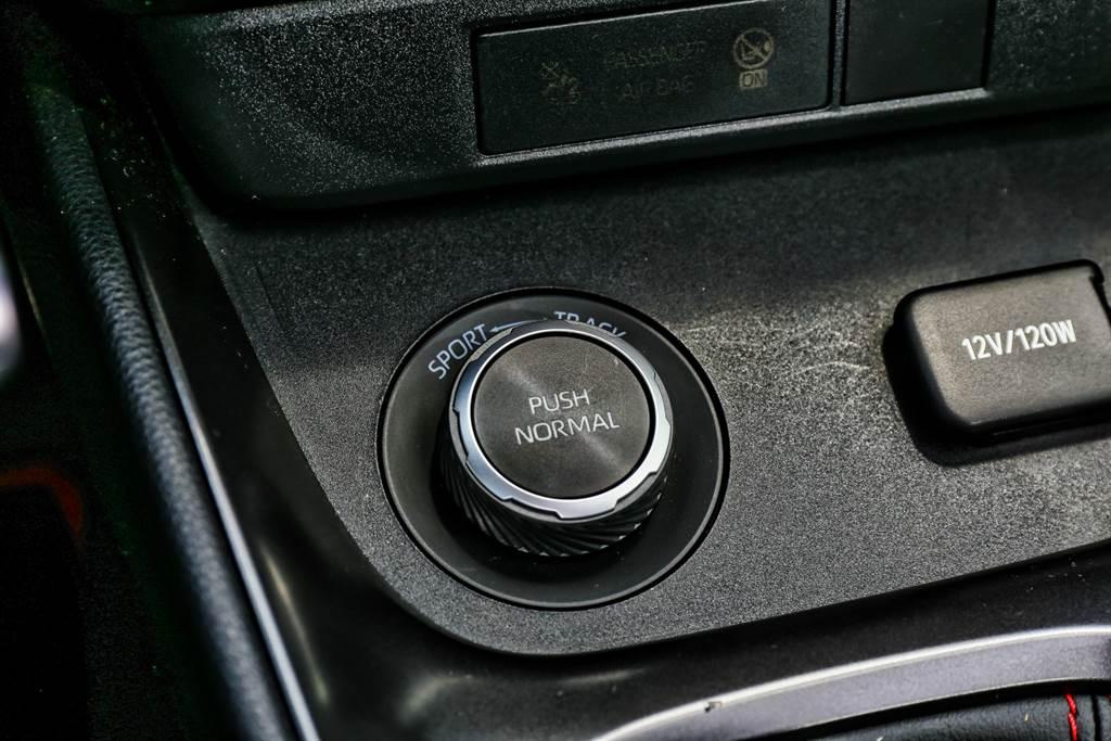 GR-Four四驅系統提供三種驅動模式,不同模式下有著不同的前後輪動力分配比例,值得稱許的是切換旋鈕操作相當直覺,左、右與按壓分別對應Sport、Track與Normal,絕對不會操作失誤。(圖/陳彥文攝)