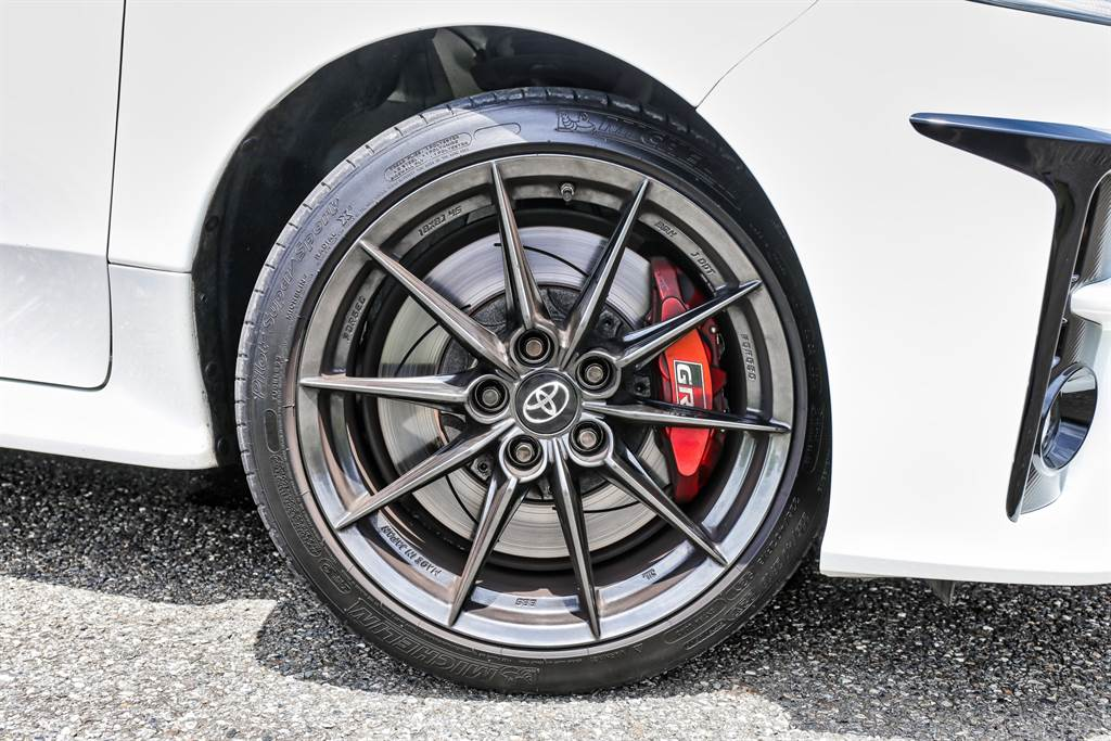 輪圈造型樸實無華,但它可是來自BBS的鍛造鋁圈,搭配Michelin PS4S跑胎以及前四後二卡鉗與通風碟,制動力相當優異。(圖/陳彥文攝)