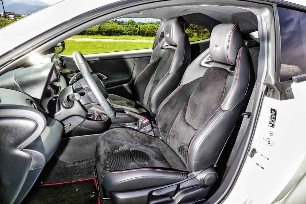 座椅造型與Corolla Sport雷同,側面包覆略顯不足,激烈操駕時無法固定身體。(圖/陳彥文攝)