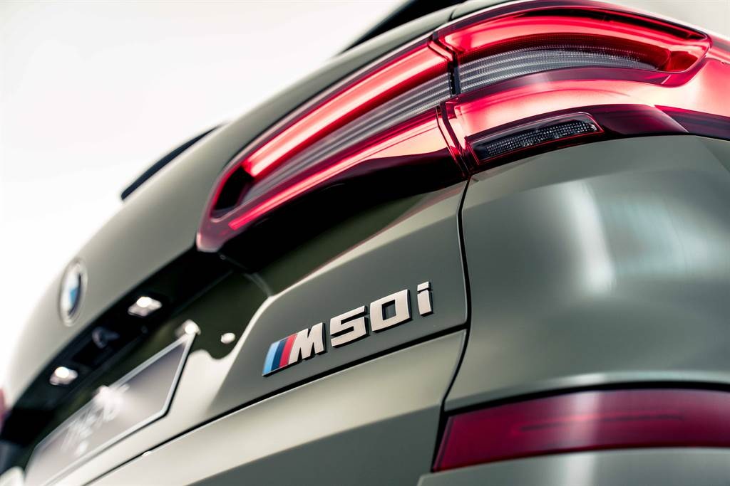 M Performance專屬鈰灰色外觀套件在M50i車型的水箱護罩、車後視鏡蓋、矩形排氣尾管以及車尾M50i車型銘牌等處處可見。(圖/業者提供)