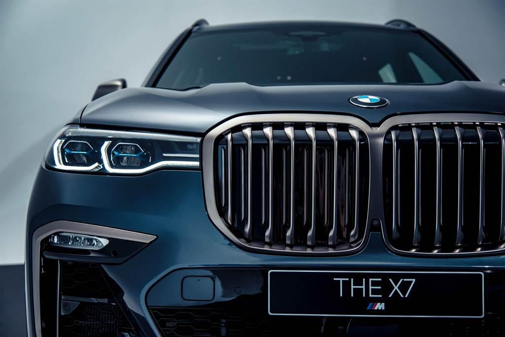 全新BMW X7 M50i以寬闊霸氣的鈰灰色水箱護罩為核心,搭配侵略性十足的湛藍色智慧雷射頭燈(含Glare-free光型變化功能),出場即佔據眾人目光。(圖/業者提供)