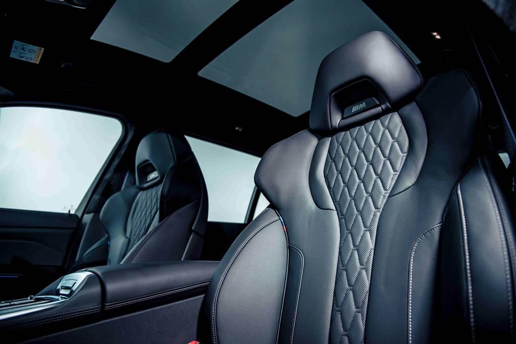 BMW X7 M50i搭載鑲有黑色M Logo的雙前座M跑車座椅含記憶功能,為尊爵非凡的六座空間增添動感熱血氛圍。(圖/業者提供)