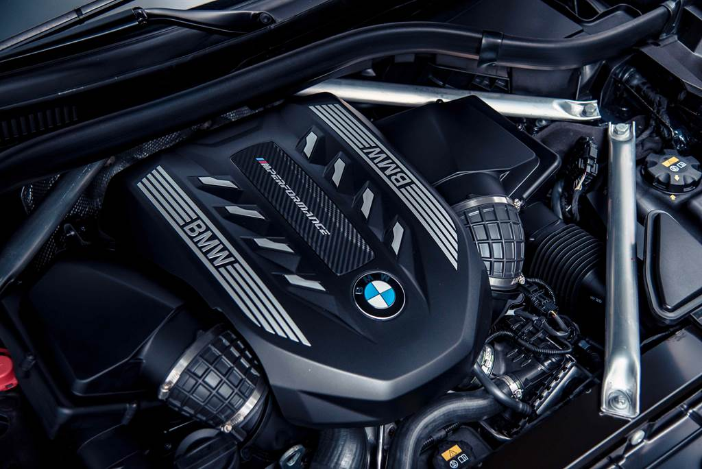 BMW M Performance TwinPower Turbo N63 4.4升V型8汽缸雙渦輪雙渦流汽油引擎,最大馬力達530匹德制馬力與750牛頓米的強勁扭力輸出。(圖/業者提供)
