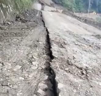 恐怖瞬間 南投道路大規模裂開100公尺 地基直墜山谷