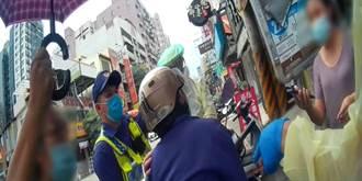 洗腎男烈日下癱機車上 店家撐傘遮陽 中市警抬人送醫脫險