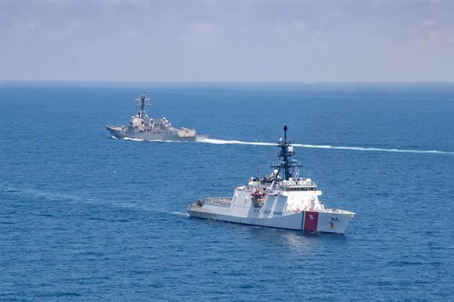 美國雙艦同時通過台海。(取自第七艦隊臉書)