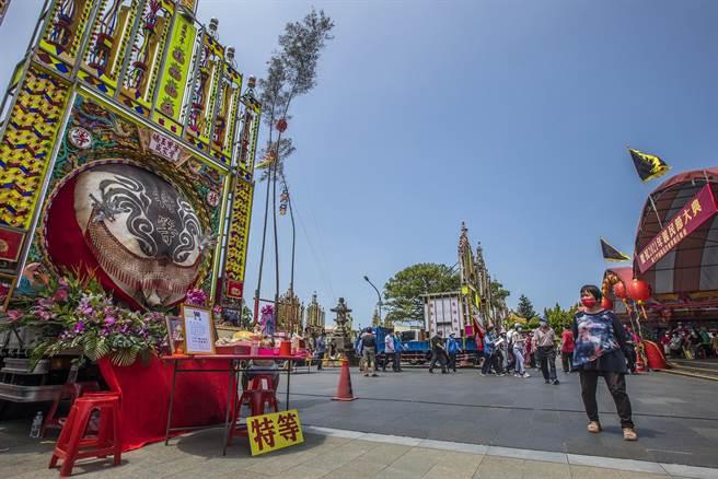 新埔義民廟祭典往年都是人山人海,今年因疫情影響,廟前廣場冷冷清清,參加人數創歷史新低。(羅浚濱攝)