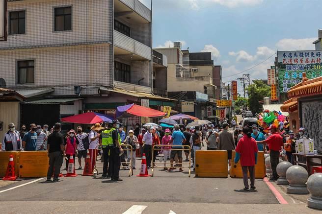 新埔義民廟祭典今年因疫情影響,發通行證「認證不認人」出入,一般民眾都被擋在路口不得進入。(羅浚濱攝)