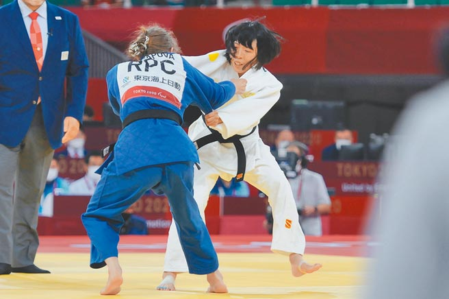 李凱琳(右)昨在東京帕運柔道銅牌戰不敵俄羅斯老將。(體育署提供)