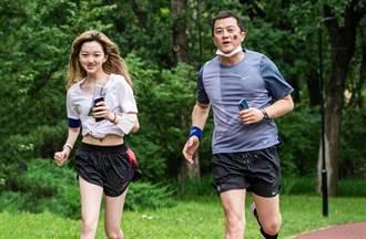 李亞鵬突親15歲女兒李嫣大腿 父女私下真實互動惹議