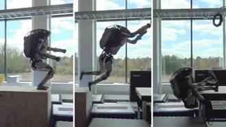 波士頓動力分享機器人失敗跌倒的影片