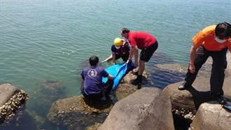 安平漁港海釣驚見浮屍卡消波塊 海巡與警消攜手安置