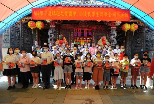 台中市豐原慈濟宮28日舉辦國中小獎學金頒獎活動,共計782名學子受獎。(陳淑娥攝)