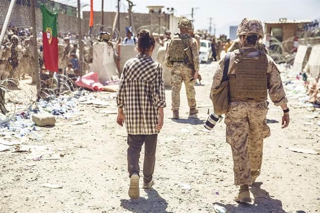 美國海軍陸戰隊中校謝勒(Stuart Scheller)26日發布影片痛批美國搞砸了在阿富汗的撤軍行動,並且要向軍隊長官究責,隔日慘遭解職。圖為阿富汗喀布爾機場附近畫面。(資料照/美聯社)