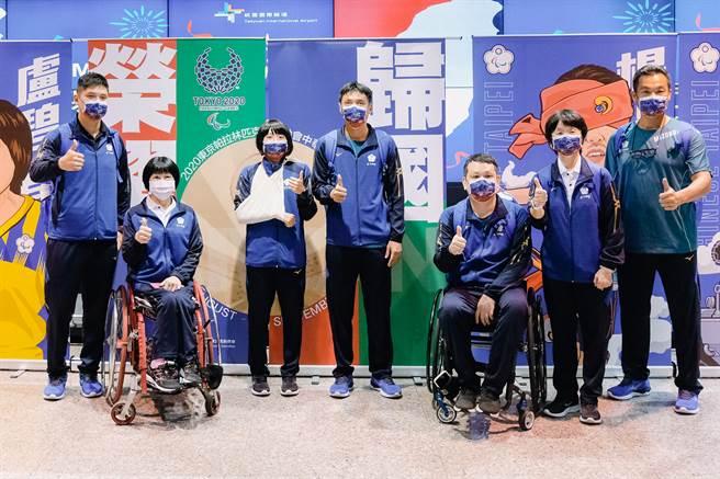 東京帕運中華隊選手盧碧春(左2起)、李凱琳、湯川輝、程銘志,以及柔道教練吳嘉倫(左1)、桌球教練林佳蓉(右2)、運動員伴護乃慧芳(右1)。(體育署提供)