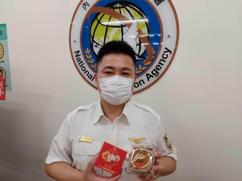 黃奕崗表示此批查獲的越南月餅外觀包裝與日前台南市麻豆區破獲的月餅相同。(謝瓊雲攝)