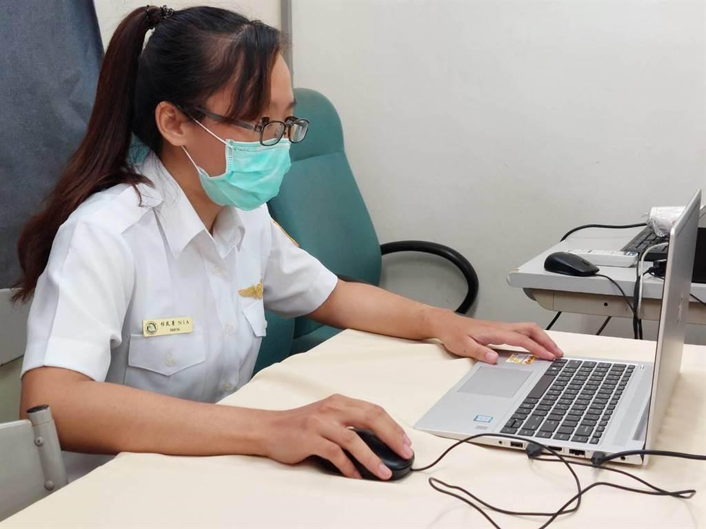 25歲的潘琳燕透過網路偵蒐,成功攔截到桃園市陳姓新住民女子販售非洲豬瘟月餅。(謝瓊雲攝)