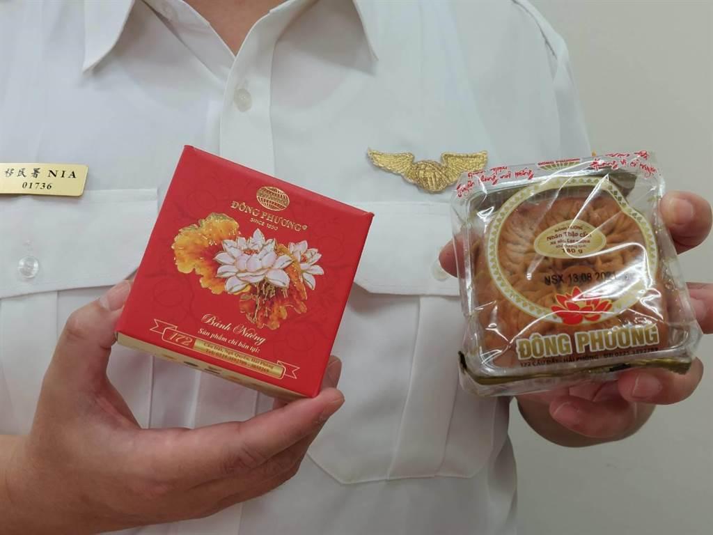 移民署彰化專勤隊查獲11.66公斤的越南月餅,每塊月餅售價200多元台幣,價格高昂;外觀包裝與日前台南市麻豆區破獲的月餅相同。(謝瓊雲攝)