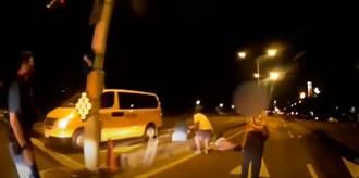 喝醉誤開車門 北投男跌倒趴在馬路分隔島