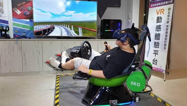 玄奘大學視傳系提供VR動感體驗平台提供視覺化與體感同步運作的實驗環境。(玄奘大學提供)